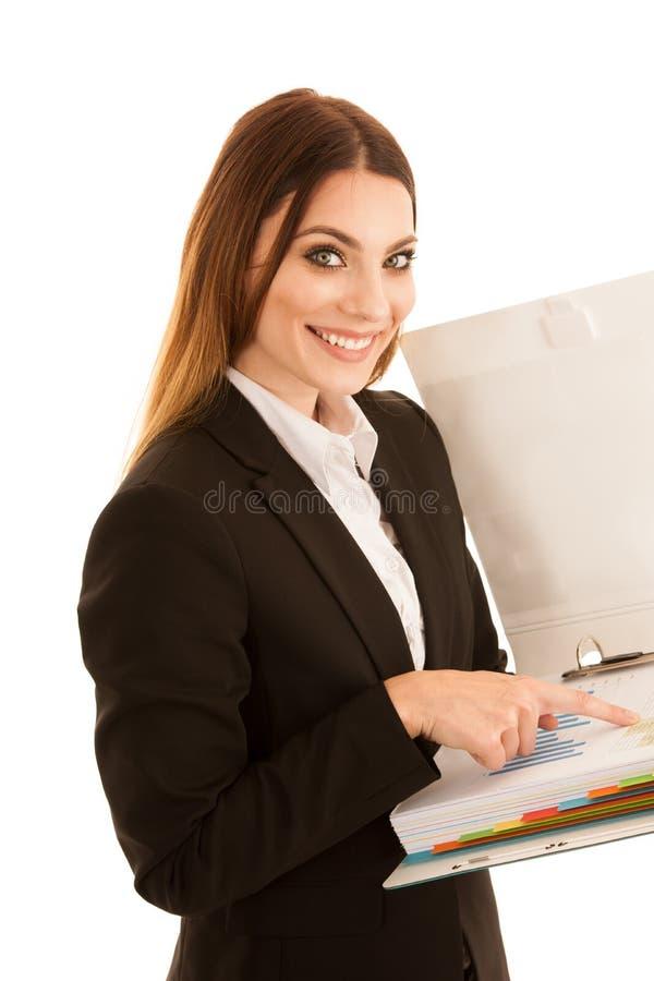 Επιχειρησιακή γυναίκα που διαβάζει μια έκθεση - που ελέγχει τα στοιχεία σε ένα isol φακέλλων στοκ φωτογραφία