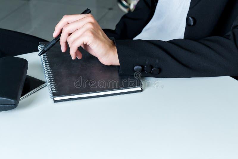 Επιχειρησιακή γυναίκα που εγκαθιστά στον άσπρο πίνακα στοκ φωτογραφία