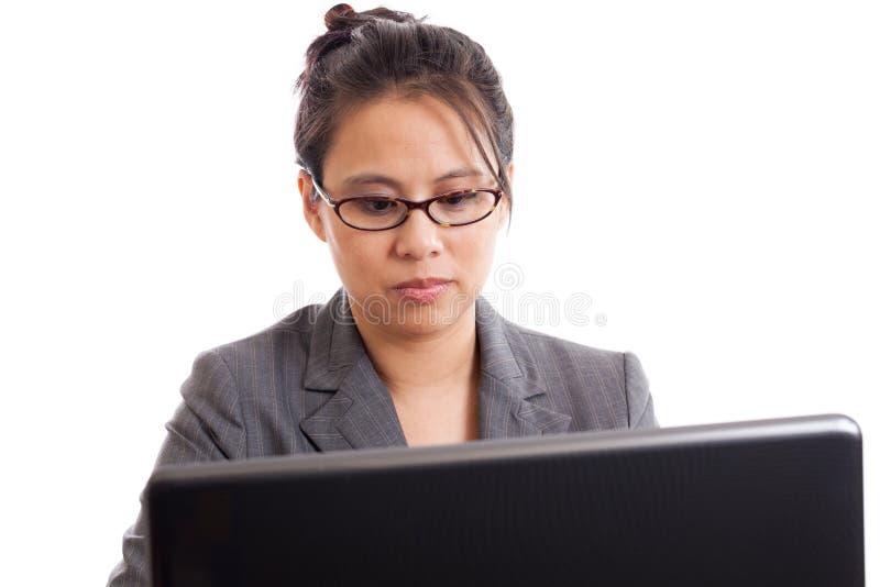 Επιχειρησιακή γυναίκα που εξετάζει το lap-top στοκ φωτογραφία με δικαίωμα ελεύθερης χρήσης