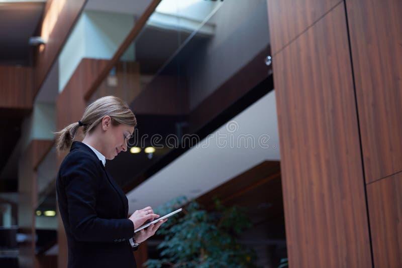 Επιχειρησιακή γυναίκα που εργάζεται στην ταμπλέτα στοκ εικόνες
