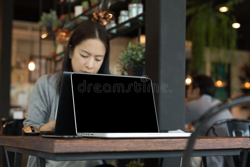 Επιχειρησιακή γυναίκα που εργάζεται στο φορητό προσωπικό υπολογιστή στοκ εικόνα με δικαίωμα ελεύθερης χρήσης