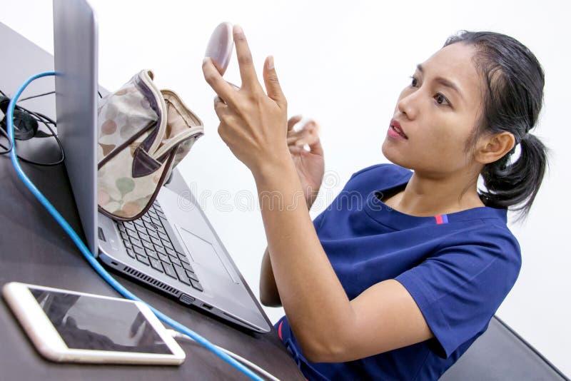 Επιχειρησιακή γυναίκα που εφαρμόζει τη σκόνη στην αρχή στοκ φωτογραφίες με δικαίωμα ελεύθερης χρήσης