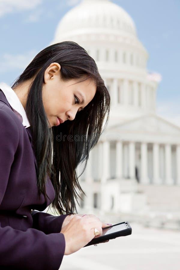 Επιχειρησιακή γυναίκα που η Ουάσιγκτον στοκ φωτογραφίες