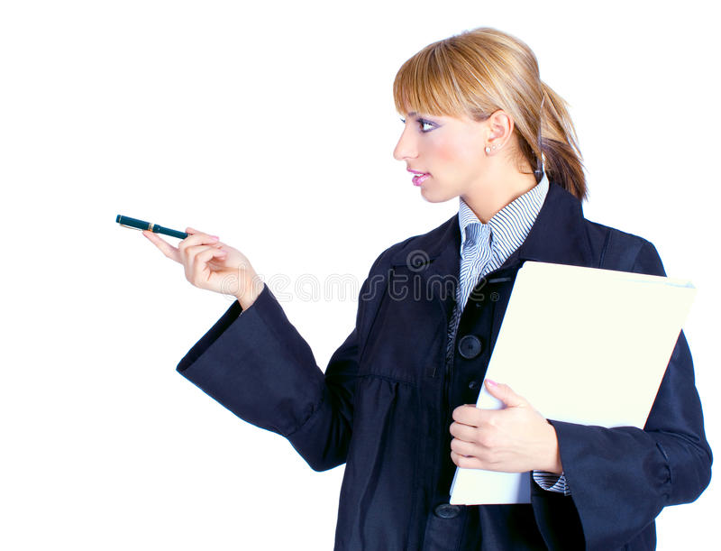 Επιχειρησιακή γυναίκα που κρατά μια υπόδειξη γραμματοθηκών και πεννών στοκ φωτογραφίες
