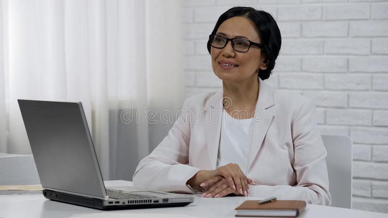 Επιχειρησιακή γυναίκα που ονειρεύεται, κυρία που εξετάζει το ευτυχές επιτυχές μέλλον, ξεκίνημα στοκ εικόνες με δικαίωμα ελεύθερης χρήσης