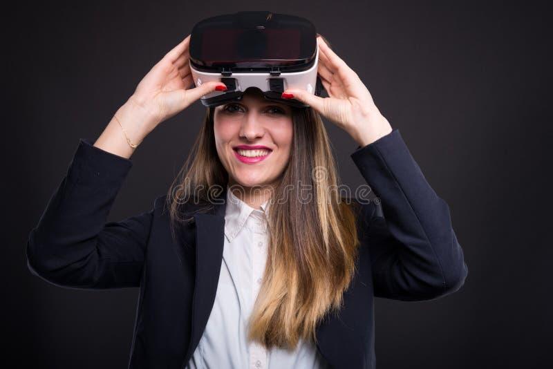 Επιχειρησιακή γυναίκα που παίζει και που χρησιμοποιεί vr τη συσκευή κασκών στοκ φωτογραφία με δικαίωμα ελεύθερης χρήσης