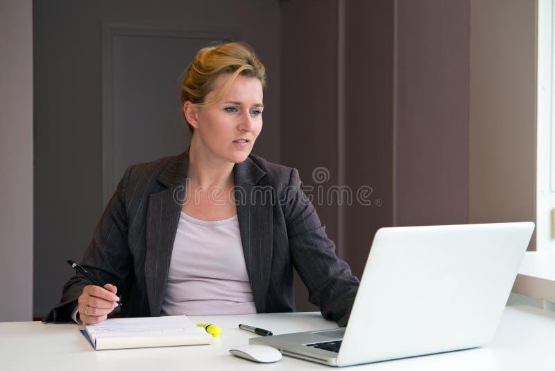 Επιχειρησιακή γυναίκα που παίρνει τις σημειώσεις στοκ φωτογραφία με δικαίωμα ελεύθερης χρήσης