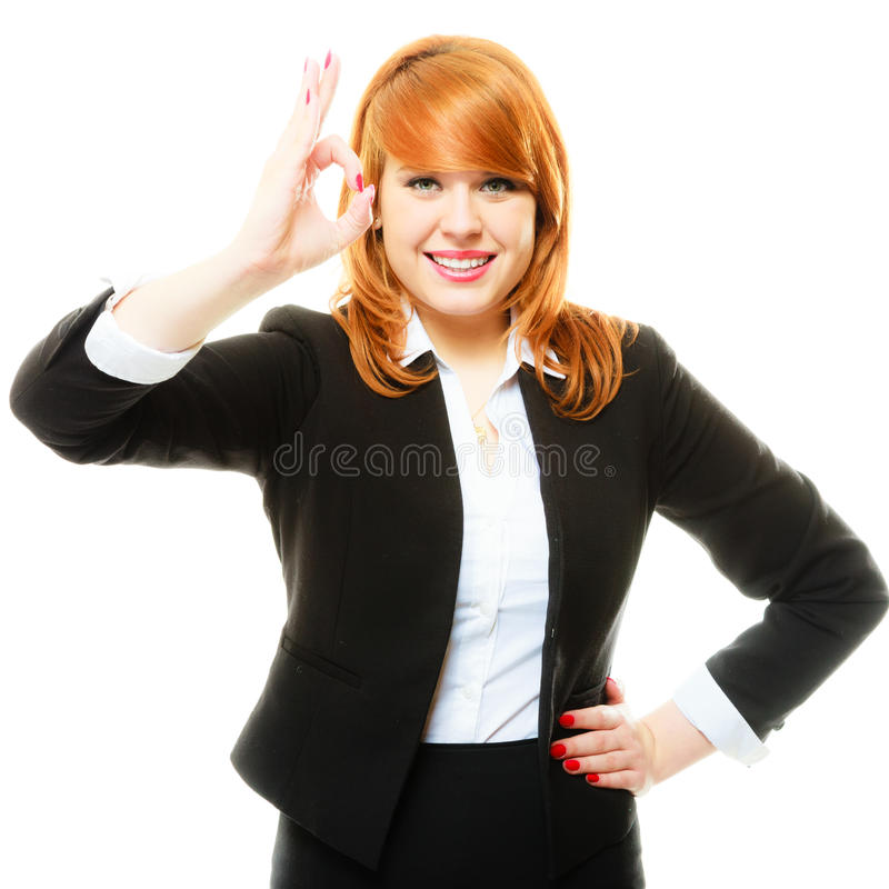 Επιχειρησιακή γυναίκα που παρουσιάζει εντάξει σημάδι στοκ εικόνες