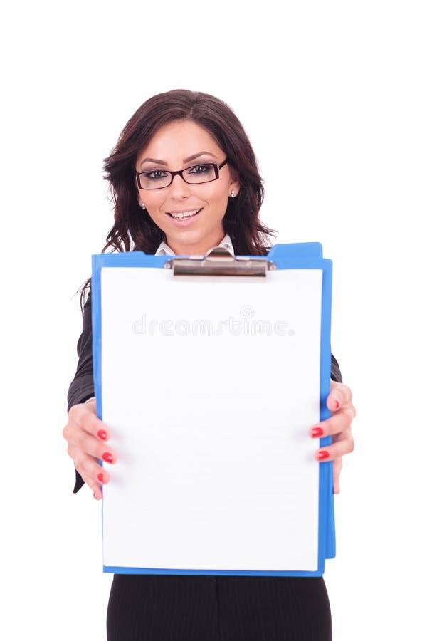Επιχειρησιακή γυναίκα που παρουσιάζει περιοχή αποκομμάτων στοκ φωτογραφίες