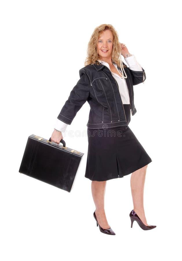 Επιχειρησιακή γυναίκα που περπατά με το χαρτοφύλακα στοκ φωτογραφία