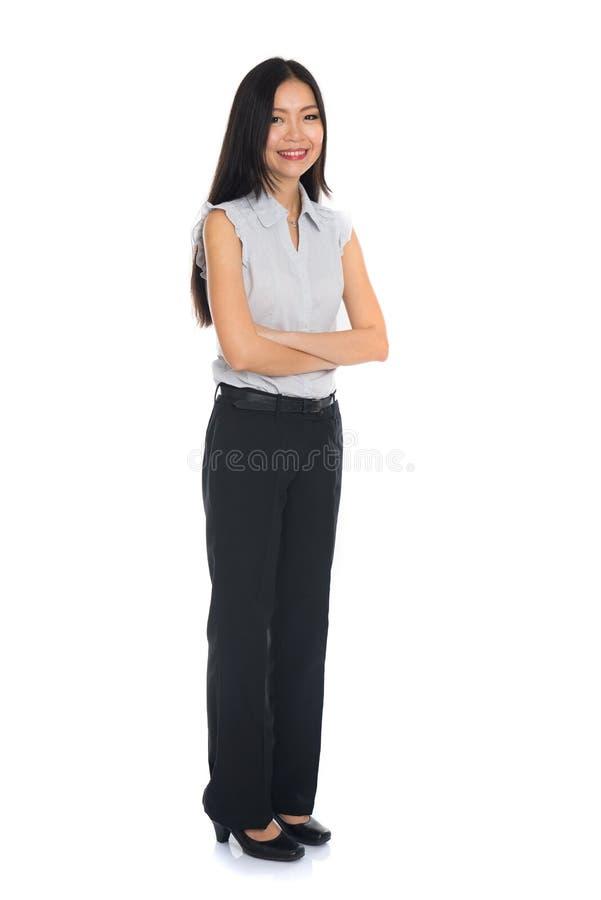 Επιχειρησιακή γυναίκα που στέκεται στο πλήρες μήκος στοκ εικόνες