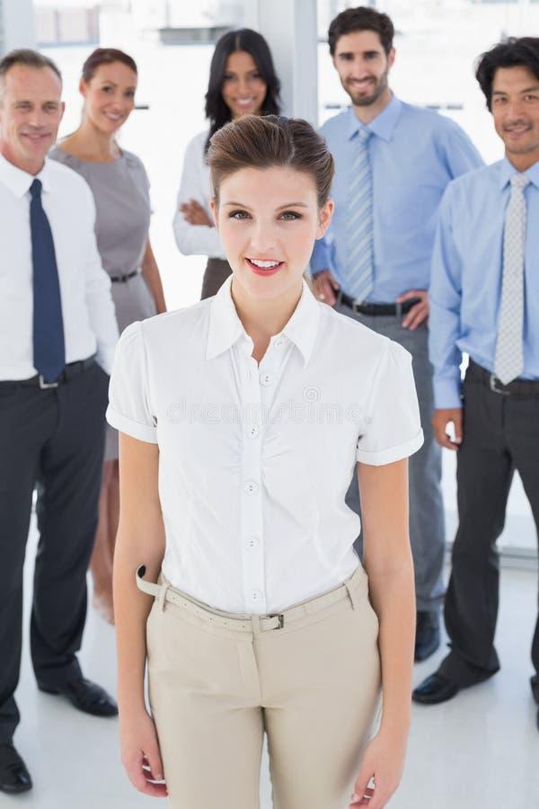 Επιχειρησιακή γυναίκα που χαμογελά στη φωτογραφική μηχανή στοκ εικόνες