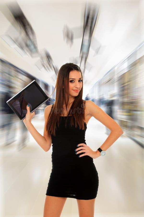 Επιχειρησιακή γυναίκα που χρησιμοποιεί έναν πίνακα στοκ φωτογραφίες