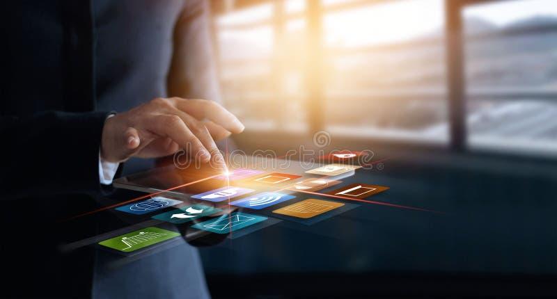 Επιχειρησιακή γυναίκα που χρησιμοποιεί το κινητό $cu αγορών και εικονιδίων πληρωμών σε απευθείας σύνδεση