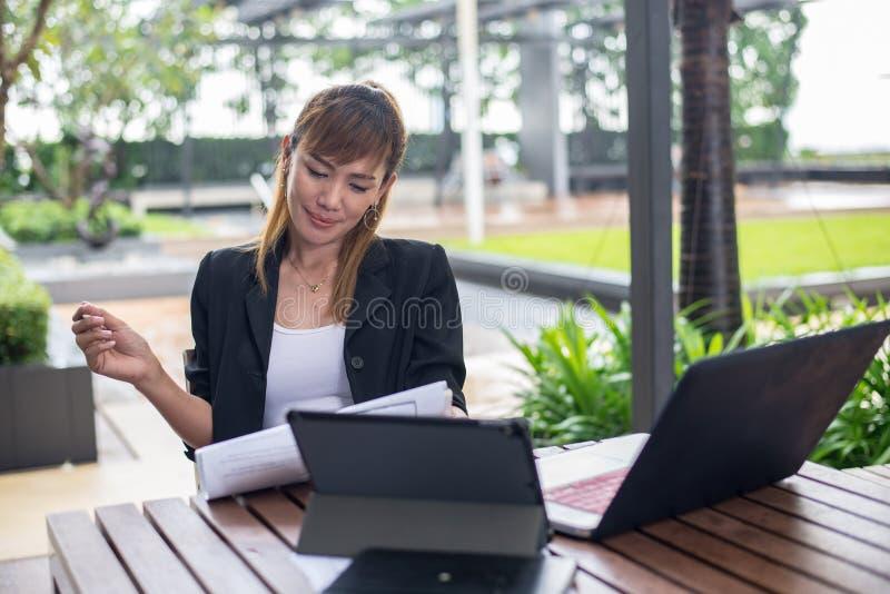 Επιχειρησιακή γυναίκα που χρησιμοποιεί το φορητό προσωπικό υπολογιστή της στο γραφείο διάνυσμα ανθρώπων επιχειρησιακής απεικόνιση στοκ φωτογραφία