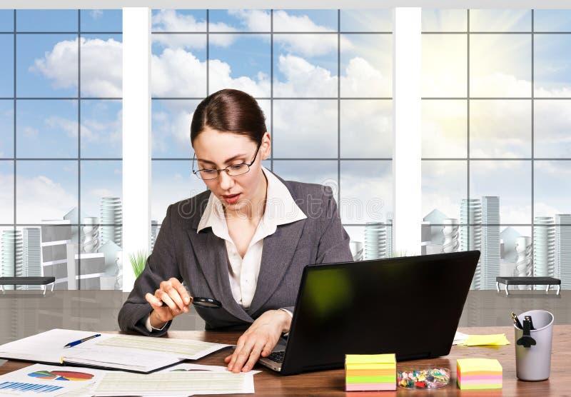 Επιχειρησιακή γυναίκα που χρησιμοποιεί το lap-top στοκ εικόνα με δικαίωμα ελεύθερης χρήσης
