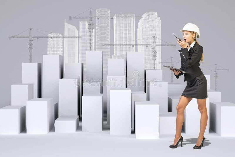 Επιχειρησιακή γυναίκα που χρησιμοποιεί walkie-talkie Πολύ λευκό στοκ φωτογραφία με δικαίωμα ελεύθερης χρήσης