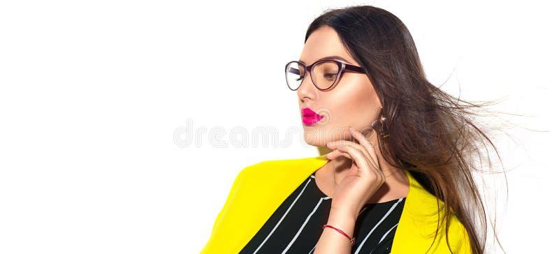 Επιχειρησιακή γυναίκα Προκλητικό πρότυπο κορίτσι ομορφιάς στα καθιερώνοντα τη μόδα κίτρινα φορώντας γυαλιά, που απομονώνεται στο  στοκ φωτογραφία