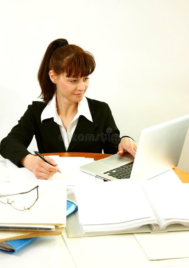 Επιχειρησιακή γυναίκα στην αρχή στοκ φωτογραφίες με δικαίωμα ελεύθερης χρήσης