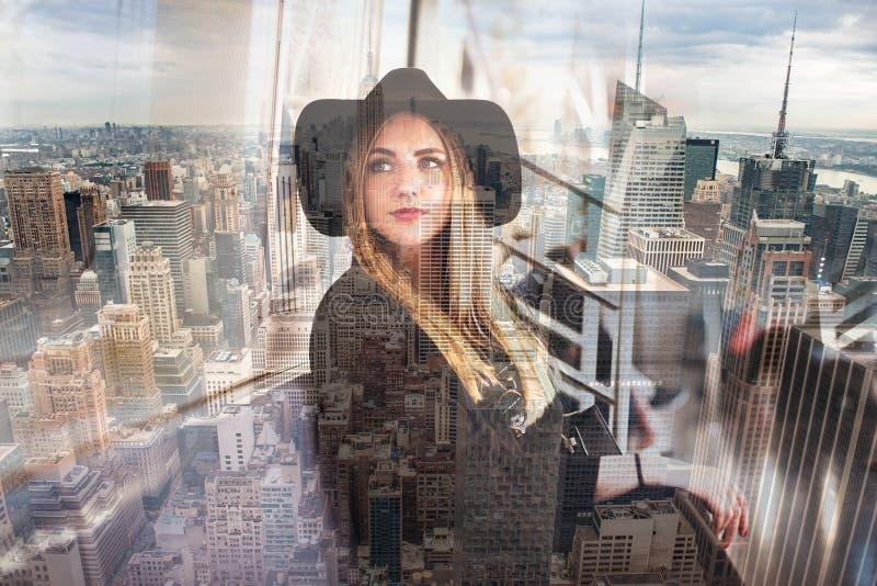 Επιχειρησιακή γυναίκα στην πόλη της Νέας Υόρκης διπλή έκθεση στοκ εικόνα
