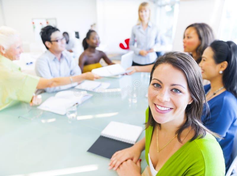 Επιχειρησιακή γυναίκα στη διάσκεψη με τους συνεταίρους στοκ εικόνες