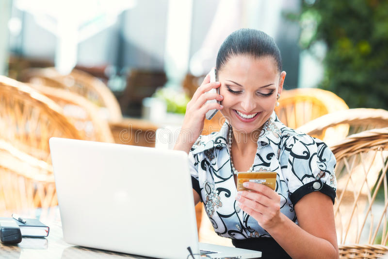 Επιχειρησιακή γυναίκα στον καφέ στοκ εικόνες