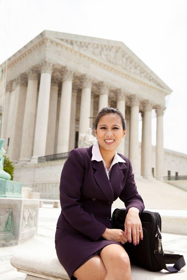 Επιχειρησιακή γυναίκα στο ανώτατο δικαστήριο στοκ εικόνες