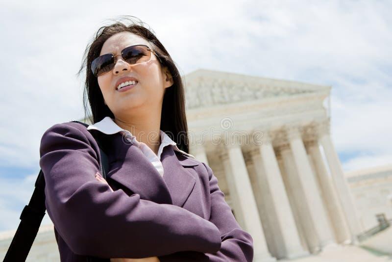 Επιχειρησιακή γυναίκα στο ανώτατο δικαστήριο στοκ φωτογραφίες