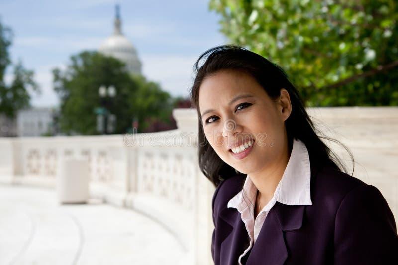 Επιχειρησιακή γυναίκα στο Κάπιτολ Χιλλ στοκ φωτογραφίες