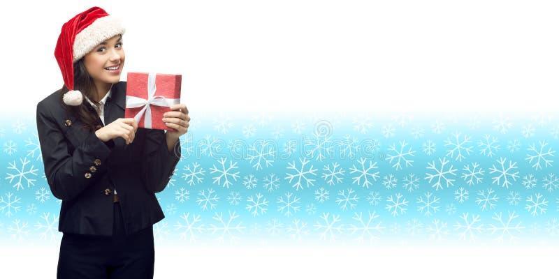 Επιχειρησιακή γυναίκα στο δώρο εκμετάλλευσης καπέλων santa στοκ εικόνες με δικαίωμα ελεύθερης χρήσης