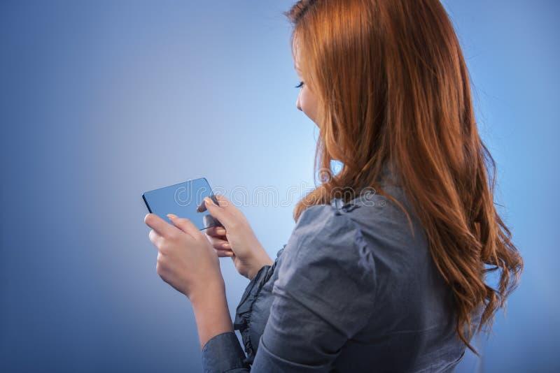 Επιχειρησιακή γυναίκα σχετικά με την ψηφιακή διεπαφή οθόνης στοκ φωτογραφίες με δικαίωμα ελεύθερης χρήσης