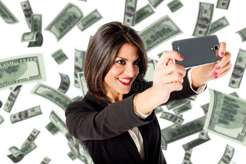 Επιχειρησιακή γυναίκα selfie με πολλά χρήματα στοκ εικόνα με δικαίωμα ελεύθερης χρήσης