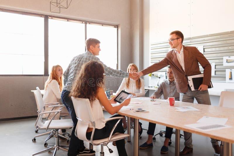 Επιχειρησιακή εθιμοτυπία, συνεργασία επιχειρηματιών, που κάνει την επιτυχή διαπραγμάτευση στοκ εικόνες