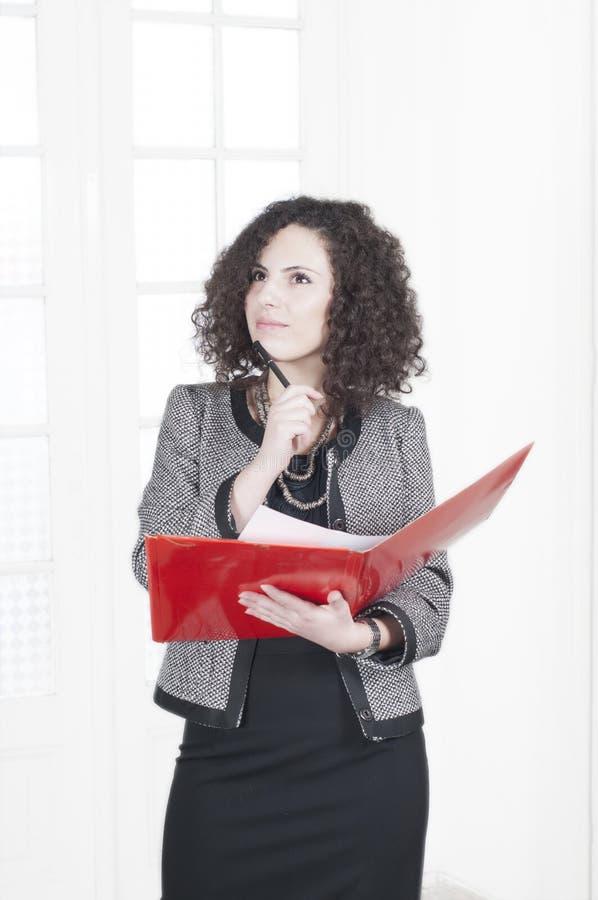 επιχειρησιακή επιτυχής σκεπτόμενη γυναίκα στοκ εικόνες