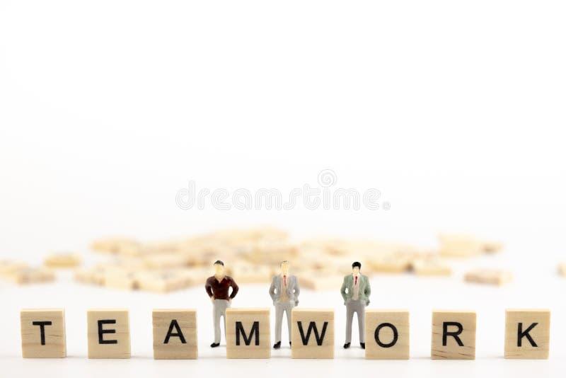 Επιχειρησιακή ηγεσία, δύναμη ομαδικής εργασίας και έννοια εμπιστοσύνης Μικροσκοπικός μικρός αριθμός ανθρώπων που στέκεται έναν πί στοκ εικόνα