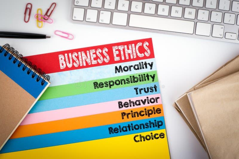 Επιχειρησιακή ηθική Γραφείο γραφείων με τις σελίδες υπολογιστών πληκτρολογίων και χρώματος στοκ εικόνες με δικαίωμα ελεύθερης χρήσης