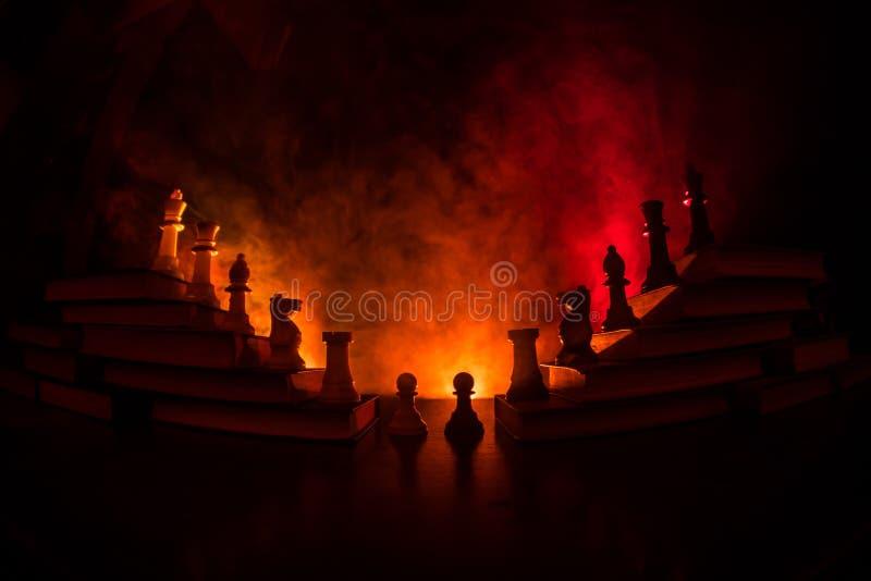Επιχειρησιακή ιεραρχία Έννοια στρατηγικής με τα κομμάτια σκακιού Σκάκι που στέκεται σε μια πυραμίδα των ξύλινων δομικών μονάδων μ στοκ εικόνες