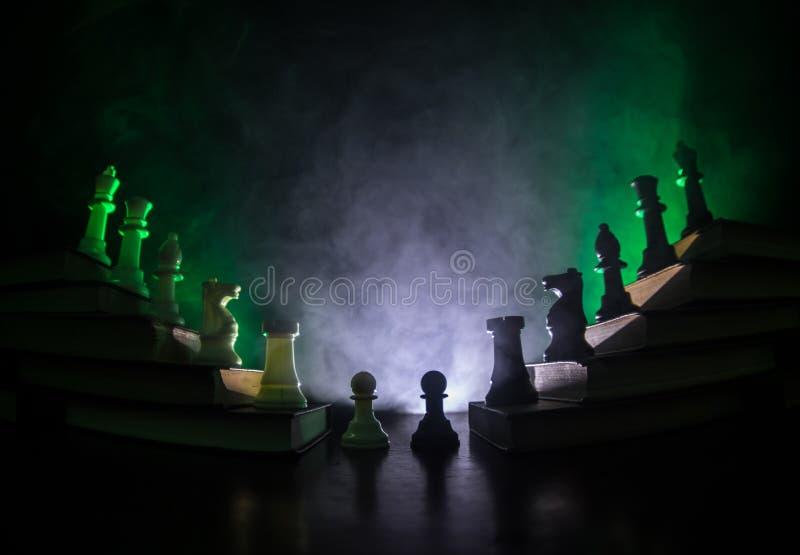 Επιχειρησιακή ιεραρχία Έννοια στρατηγικής με τα κομμάτια σκακιού Σκάκι που στέκεται σε μια πυραμίδα των ξύλινων δομικών μονάδων μ στοκ εικόνα με δικαίωμα ελεύθερης χρήσης