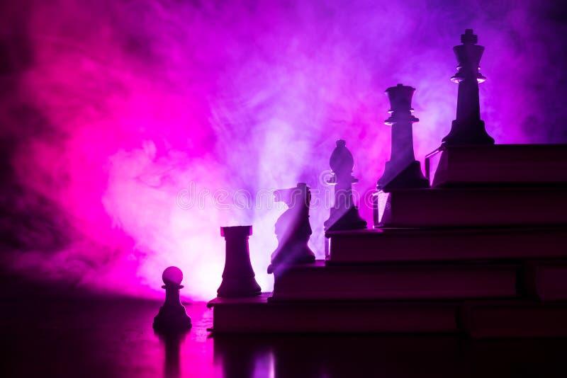 Επιχειρησιακή ιεραρχία Έννοια στρατηγικής με τα κομμάτια σκακιού Σκάκι που στέκεται σε μια πυραμίδα των ξύλινων δομικών μονάδων μ στοκ φωτογραφία με δικαίωμα ελεύθερης χρήσης