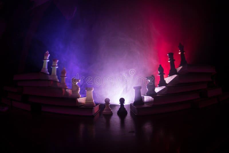 Επιχειρησιακή ιεραρχία Έννοια στρατηγικής με τα κομμάτια σκακιού Σκάκι που στέκεται σε μια πυραμίδα των ξύλινων δομικών μονάδων μ στοκ εικόνες με δικαίωμα ελεύθερης χρήσης