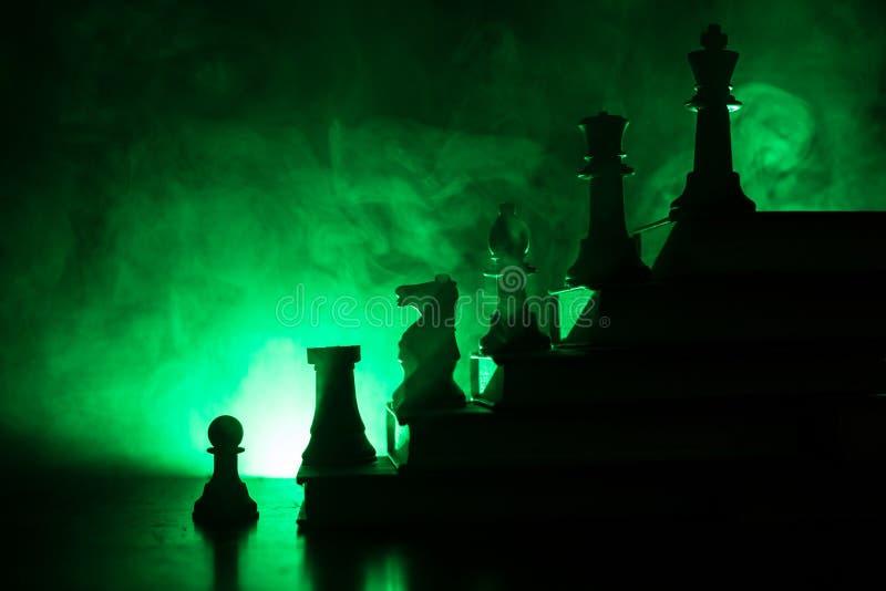 Επιχειρησιακή ιεραρχία Έννοια στρατηγικής με τα κομμάτια σκακιού Σκάκι που στέκεται σε μια πυραμίδα των ξύλινων δομικών μονάδων μ στοκ φωτογραφίες με δικαίωμα ελεύθερης χρήσης