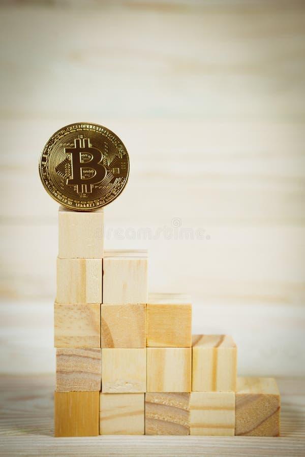 Επιχειρησιακή ιεραρχία Έννοια στρατηγικής με το χρυσό bitcoin στοκ εικόνες