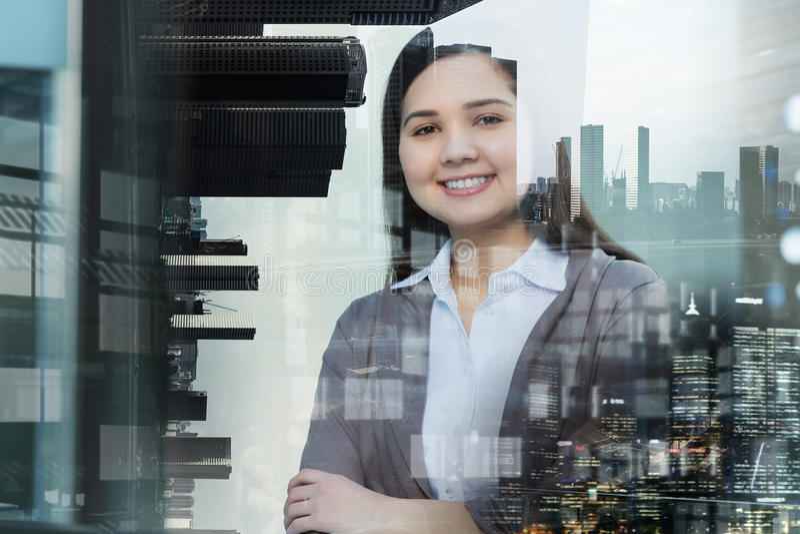 Επιχειρησιακή κυρία και μεγάλη πόλη στοκ εικόνες