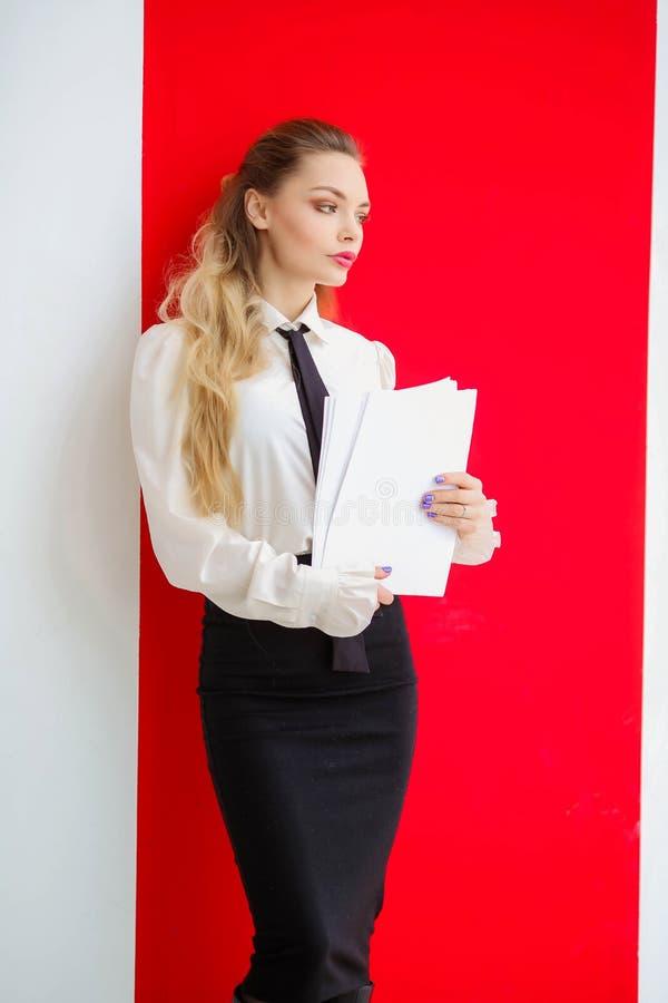 Επιχειρησιακή κυρία με τα έγγραφα στα χέρια που προετοιμάζεται για την παρουσίαση στοκ φωτογραφία