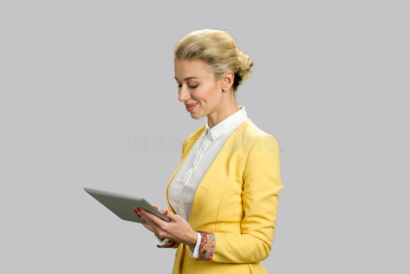 Επιχειρησιακή κυρία με την ταμπλέτα, δευτερεύον σχεδιάγραμμα στοκ φωτογραφία