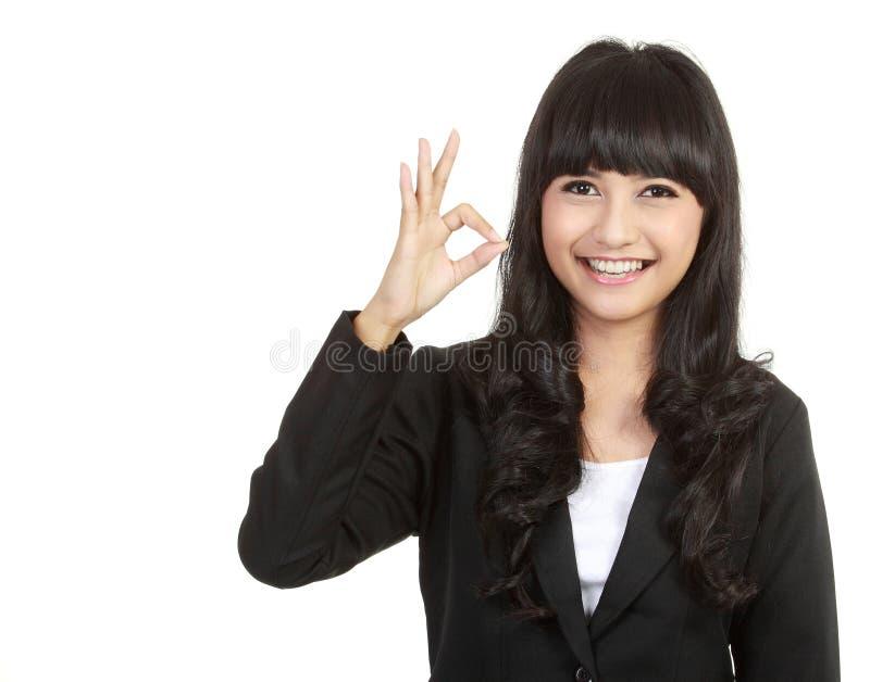 Επιχειρησιακή κυρία με το εντάξει σημάδι στοκ φωτογραφίες με δικαίωμα ελεύθερης χρήσης