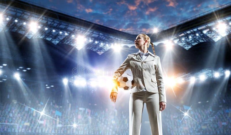 Επιχειρησιακή κυρία στο γήπεδο ποδοσφαίρου r στοκ εικόνα με δικαίωμα ελεύθερης χρήσης