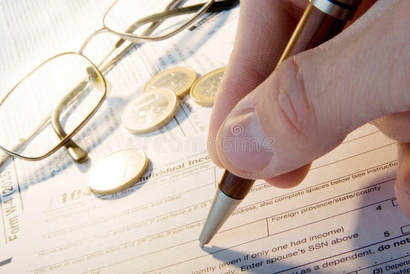 Επιχειρησιακή οικονομική έννοια φορολογικής μορφής στοκ εικόνες με δικαίωμα ελεύθερης χρήσης