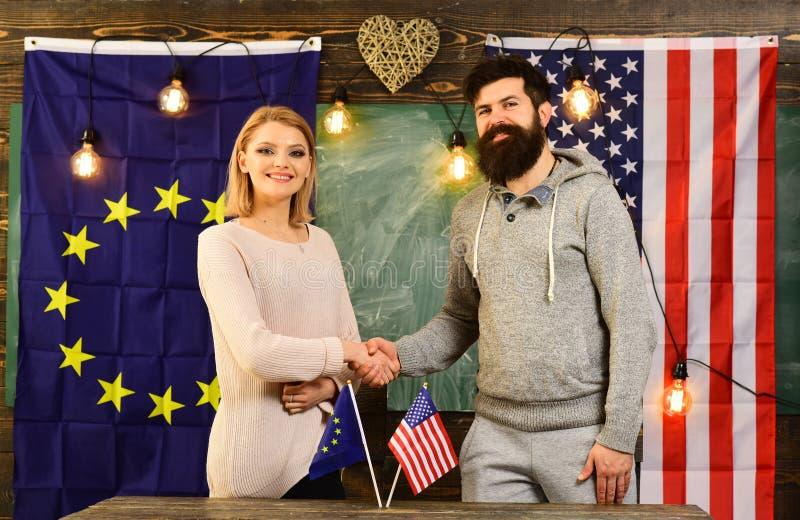 Επιχειρησιακή οικονομική συνεργασία πέρα από τις σημαίες ΗΠΑ και της ΕΕ στοκ φωτογραφίες με δικαίωμα ελεύθερης χρήσης