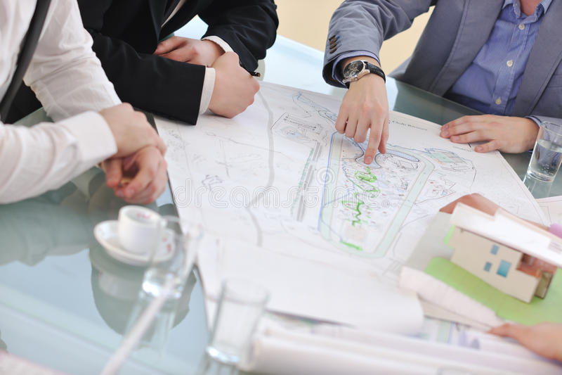 Επιχειρησιακή ομάδα αρχιτεκτόνων στη συνεδρίαση στοκ φωτογραφία με δικαίωμα ελεύθερης χρήσης
